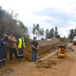 Alcaldesa de Pelluhue inspecciona avances de mejoramiento de camino al cementerio de Curanipe